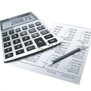 10143378-電卓やビジネス背景のテーブルの上の鉛筆
